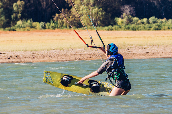 Kitesurfing waterstart in shallow water